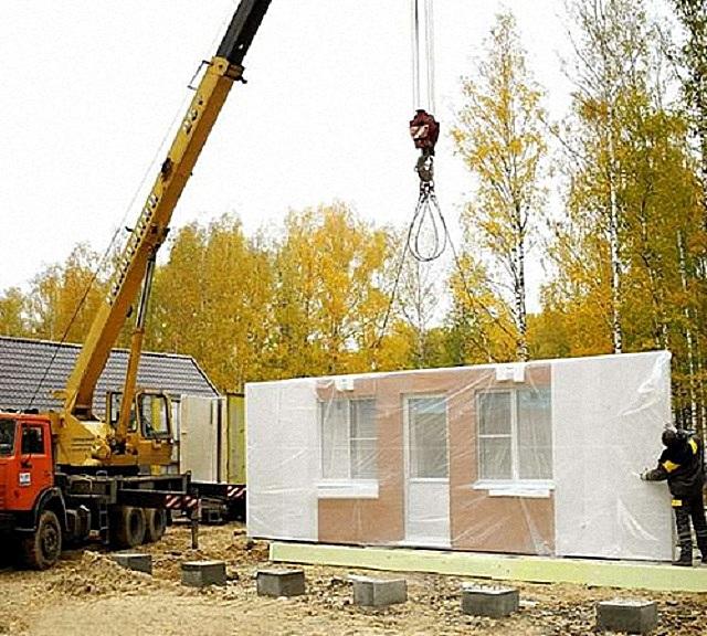 При панельном строительстве никак не обойтись без подъемной техники. Но простота и скорость монтажа всецело окупают эти дополнительные затраты.