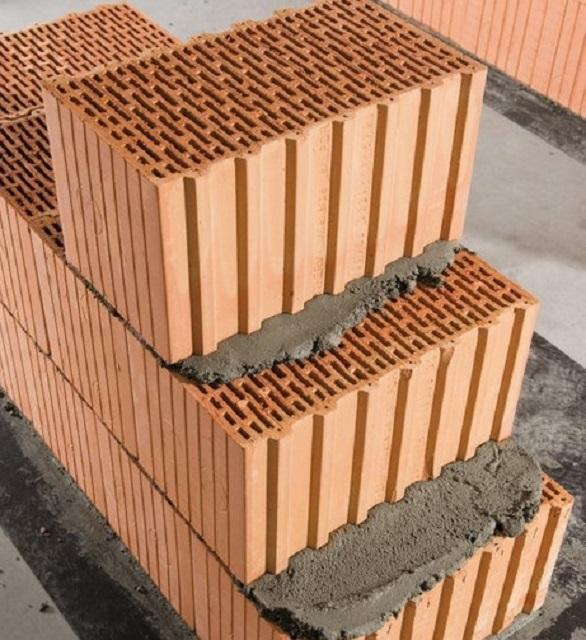 Солидные размеры блоков позволяют выполнять кладку больших по площади стен очень быстро