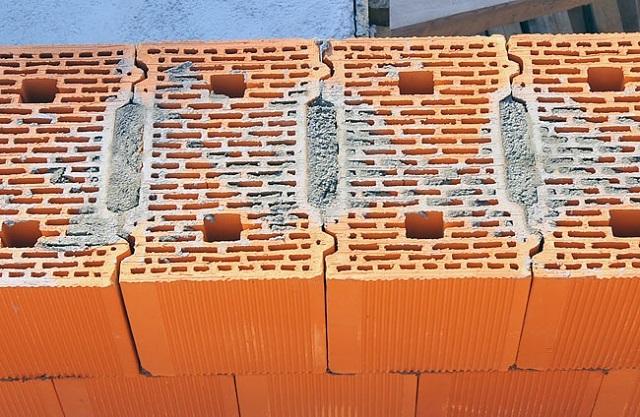 При кладке керамических блоков раствор расходуется очень экономно – этому способствует геометрия замковых соединений