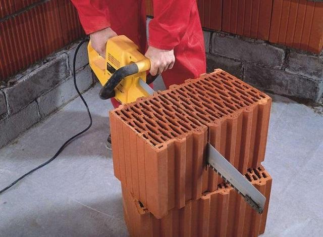 Разрезание блоков с помощью электропилы требуетопределеннойсноровки
