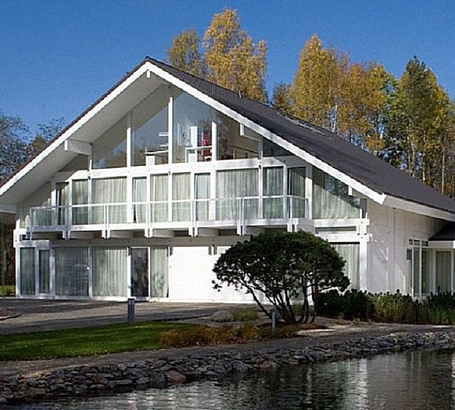 Наряду со скоростью строительства, сборные панельные и каркасные дома обладают еще немалым количеством важных достоинств. В том числе – и свой внешней привлекательностью после окончательной отделки.