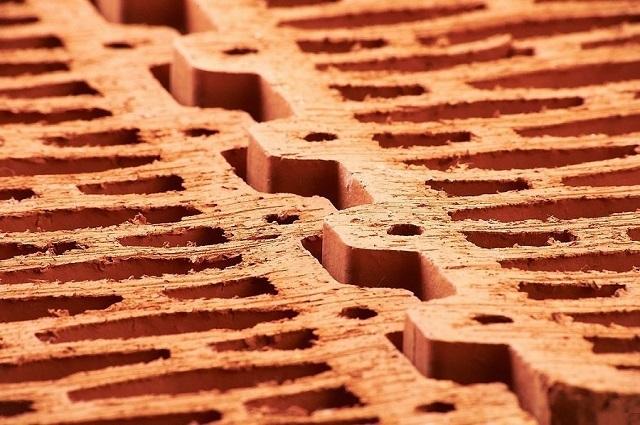 Прилегание соседних керамических блоков по замковому принципу практически не оставляется шансов для мостиков холода по кладочным швам, что характерно кирпичу