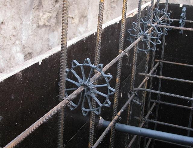 Что может быть проще – установить «звездочки»-фиксаторы, и необходимый просвет между арматурой и опалубкой не нарушится при заливке бетонного раствора.