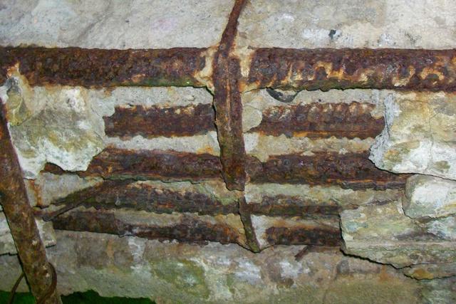 Коррозия арматурного каркаса приводит не только к снижению прочностных характеристик стальных прутов, но довольно быстро может проявиться эрозией и разрушением поверхностного слоя всей железобетонной конструкции