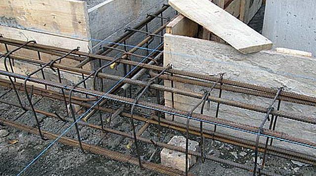Допустимый вариант подпорок под нижний ярус армирующего каркаса – обломки кирпича или старого бетона. Но все же – не без недостатков.