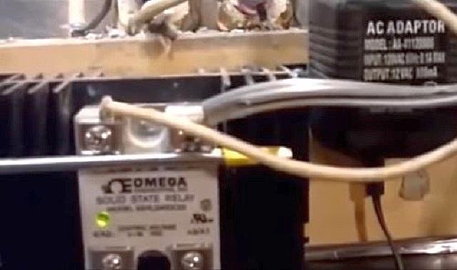 Реле, установленное на задней наружной стенке муфельной печи. Играет основную коммутирующую роль в электрической схеме печи.
