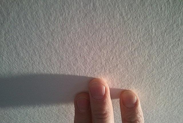 Никакого рисунка – только хаотичное переплетение тонких волокон. Впрочем, и такая поверхность после окрашивания может смотреться весьма импозантно.