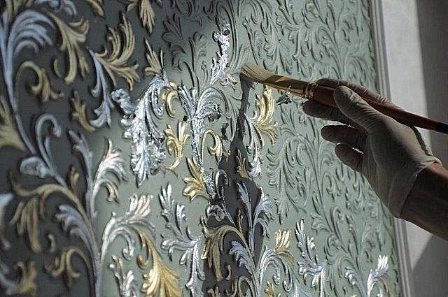 Некоторые типы обоев под покраску позволяют не только выполнять сплошную тонировку поверхностей, но и превращать стены в художественные панно