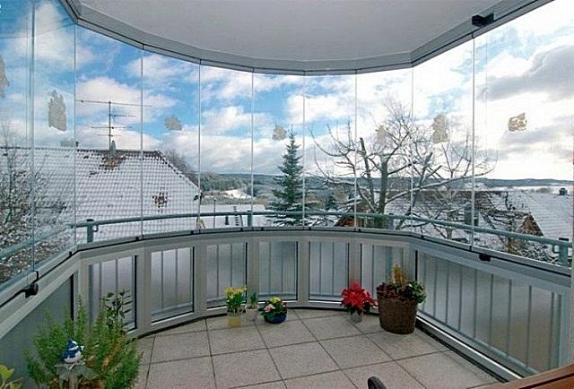 Безрамное остекление балкона прозрачным поликарбонатом.