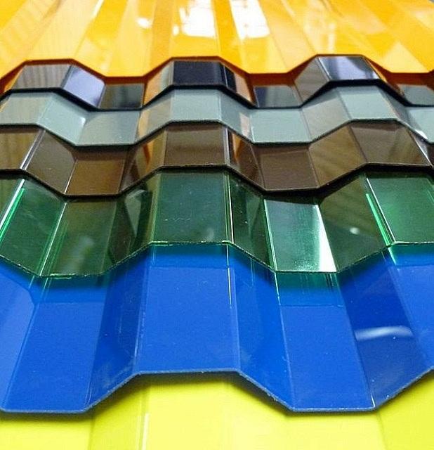 Листы профилированного поликарбоната также отлично подойдут для создания легких навесов