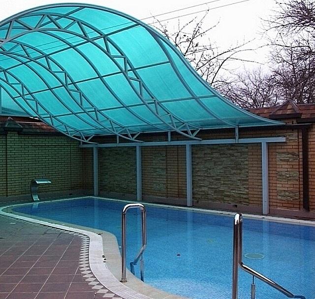 Для навеса над бассейном оптимальным видится один из оттенков синего или бирюзового цвета