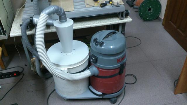 Оборудованная система уборки опилок в столярной мастерской – воздушный поток с отходами проходит сначала через дополнительный «циклон», а потом доочищается в пылесосе.