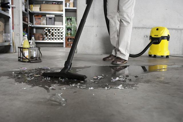 Строительный пылесос с возможностью влажной уборки поможет быстро устранить последствия даже вот такого неприятного происшествия