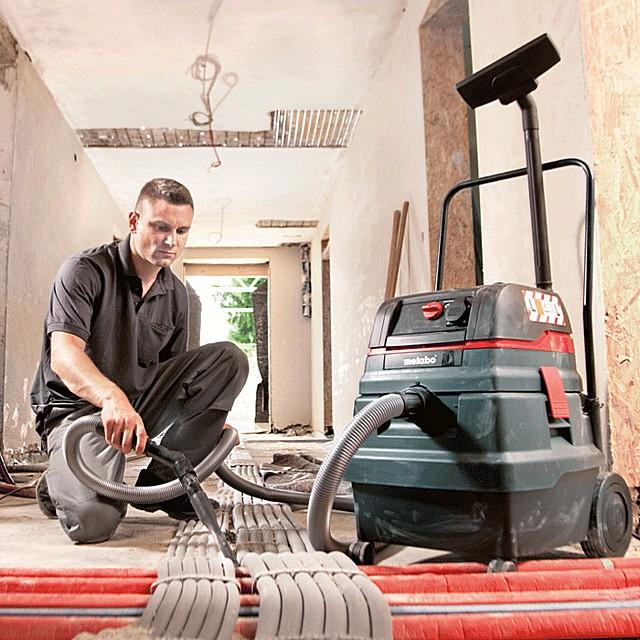 Строительный пылесос должен быть удобен для транспортировки в пределах рабочей площадки – иметь надежную колесную тележку. Приветствуется и наличие ручек, упрощающих его перемещения с места на место.