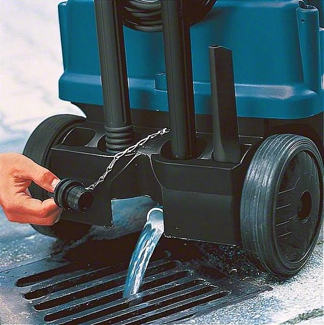 Очень удобно, если собранную пылесосом воду можно слить, не извлекая из корпуса мусоросборный контейнер