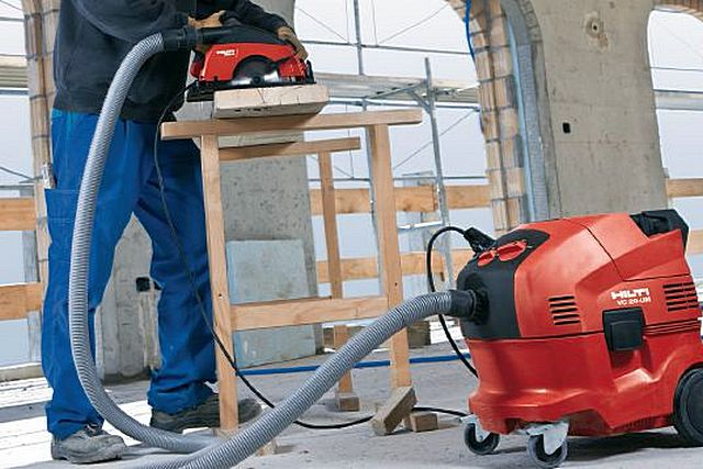 Раскрой древесины не будет сопровождаться массовым разбросом опилок, если ручная циркулярка подключена напрямую к строительному пылесосу. Это возможно и с другими инструментами – рубанками, фрезерами, лобзиками, шлифовальными машинками и т.п.