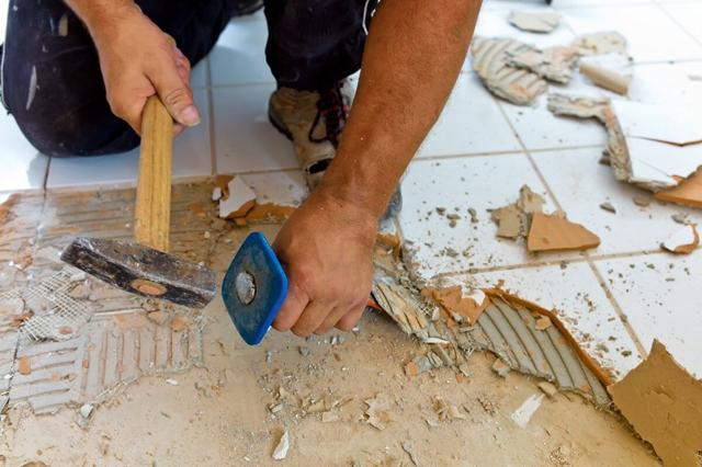 При демонтаже плитки бывает, что один удар, произведенный вручную, лучше сотни от перфоратора