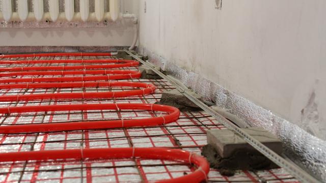 Пример бесполезного армирования стяжки металлической сеткой