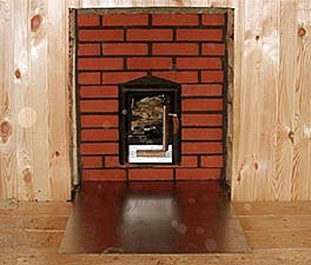 Термоизоляционный материал, отделяющий деревянную стену от кирпичной кладки.