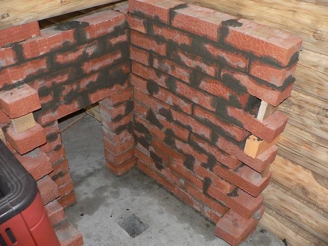 Вариант установки печи вдоль бревенчатой стены бани – выполняется сплошная кирпичная кладка
