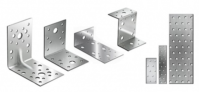 Металлические уголки и пластины часто помогают придать монтируемой каркасной обрешетке необходимую прочность.
