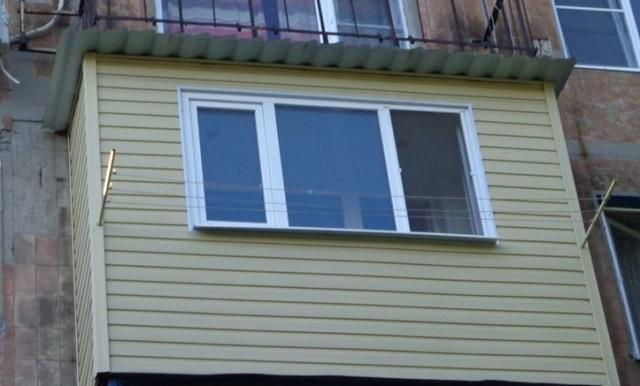 Частичное остекление балкона –из общей площади облицовки придётся вычесть площадь оконного проема.