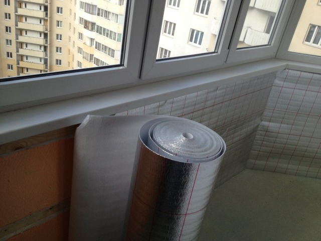Применение тонкого рулонного фольгированного утеплителя (например, пенофола) значительно повышает общую эффективность термоизоляции балкона