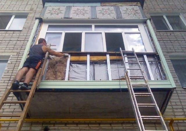 С соблюдением необходимых мер предосторожности, можно утеплить и облицевать снаружи балкон и на втором этаже, используя лестницы или леса.