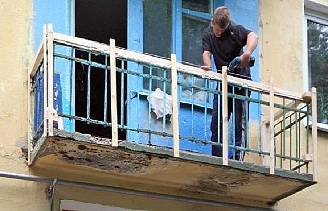 Монтаж каркаса под сайдинговую обшивку на балконе с решетчатым металлическим парапетом.