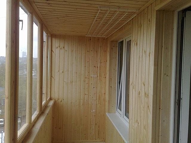 Балкон,обшитый изнутри деревянной вагонкой. Прекрасное решение, но вот для внешней обшивки лучше поискать другой материал.