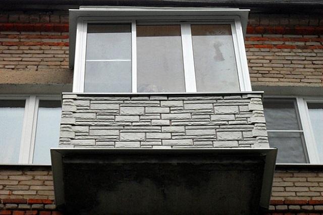 Балкон, обшитый снаружи панелями цокольного сайдинга