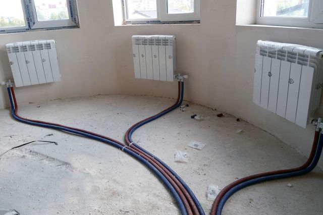 Пример коллекторной разводки труб к радиаторам отопления. Понятно, что прибегают к такой разводке обычно еще до начала отделочных работ.