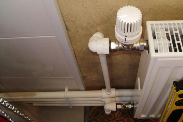 Осуществлять термостатическое регулирование на каждом из радиаторов при двухтрубной системе – значительно легче, и это никак не сказывается на режиме работы других батарей.