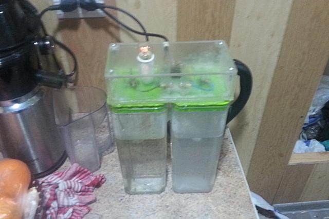 По мере преобразования воды в две отличающиеся по химическому составу фракции, свечение лампы начинает меркнуть.