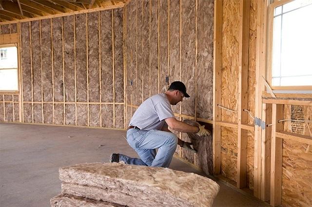 Процесс утепления каркасного дома минеральной базальтовой ватой изнутри.