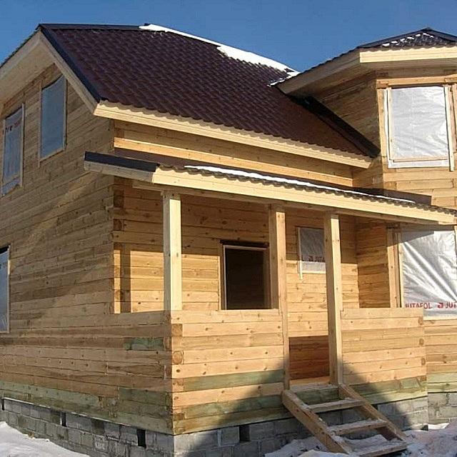 В конструкции дома из бруса явно прослеживаются вековые традиции возведения бревенчатых срубов