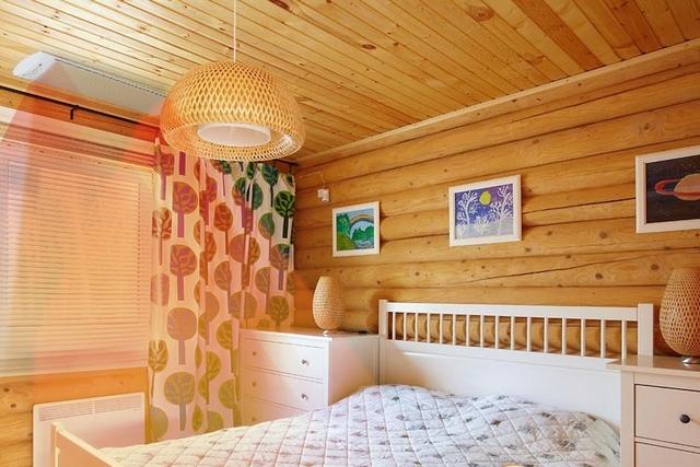 Даже расположенный в непосредственной близости от кровати, настенный конвектор никоим образом не потревожит сна хозяев