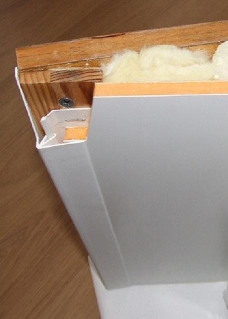 На иллюстрации хорошо показана деревянная планка по внешнему вертикальному краю откоса и составной профиль, закрывающий угол меду откосом и поверхностью стены.