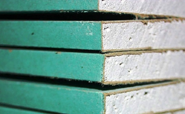 Листы влагостойкого гипсокартона отличаются характерной окраской с зеленоватым оттенком