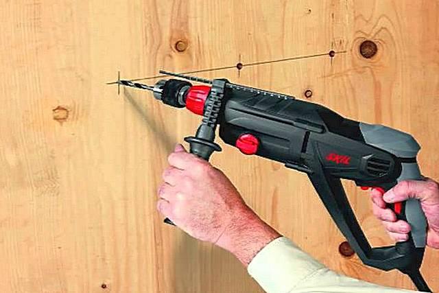 Если под рукой нет обычной дрели, то задачу сверления отверстий, например, в древесине или пластике, также можно доверить перфоратору