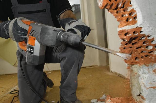 Удаление участка кирпичной стены с помощью перфоратора