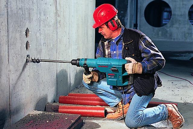 Мощному перфоратору «по плечу» проделывание сквозных отверстий или гнёзд большого диаметра.