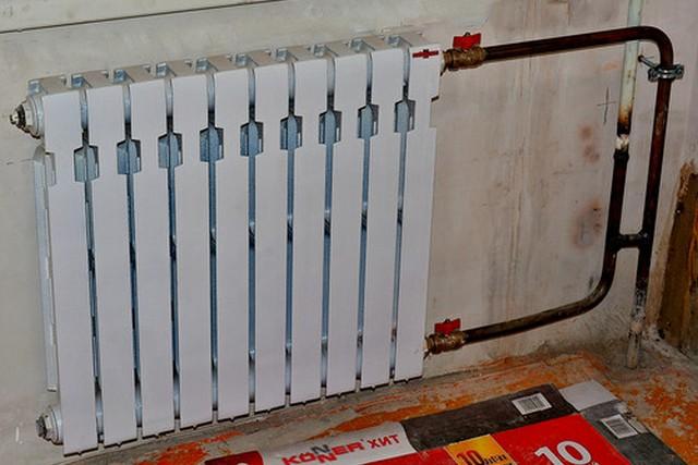 Для повышения теплоотдачи радиаторов отопления при их врезке матера порой идут на различные ухищрения. Но есть и другие способы.