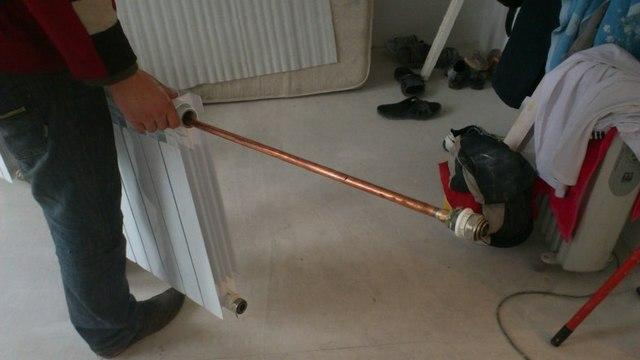 Удлинитель потока заводится в коллектор радиатора