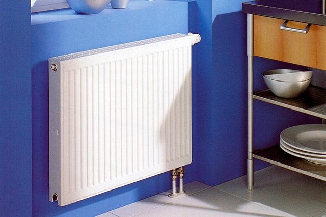 Чаще всего радиаторы устанавливаются под оконными проемами, хотя не исключается и дополнительная расстановка батарей в произвольных местах, если в этом есть необходимость.