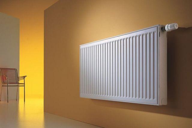 Совершенно открытый со всех сторон радиатор на голой ровной стене покажет максимальную теплоотдачу. Но на практике гораздо чаще все обстоит иначе.