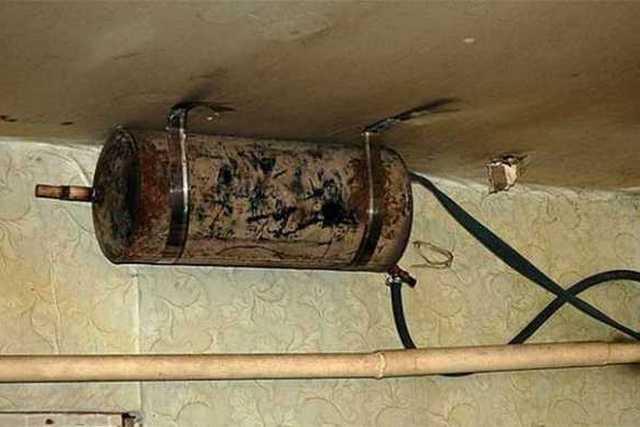 Иногда баки стараются «влепить» под потолком помещения. Согласитесь, выглядит это не слишком эстетично.