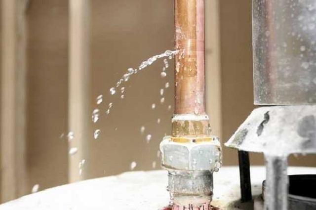 Медь сама по себе очень долговечный материал, но повредить трубу – больших усилий не надо.