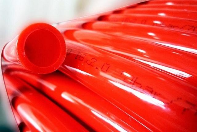 В последнее время все чаще предпочтение отдается трубам из сшитого полиэтилена. Особенно хороши они для систем водяных «теплых полов».
