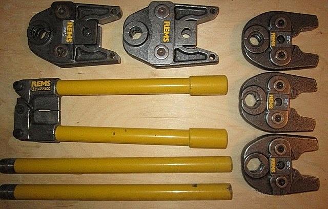 Пресс-клещи и насадки разного размера для опрессовки фитингов некоторых разновидностей металлопластиковых труб.